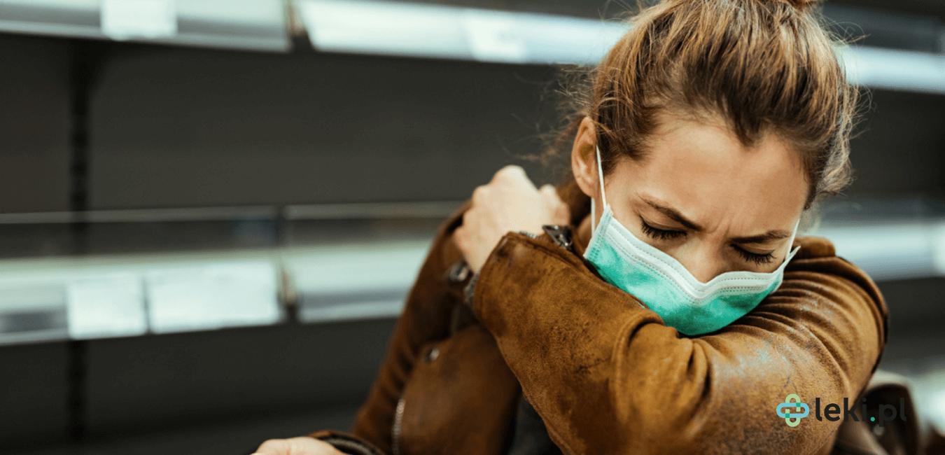 Kaszel to jeden w najczęściej występujących objawów zakażenia koronawirusem. Jak sobie z nim radzić? Jakie są aktualne zalecenia? (fot. Shutterstock)