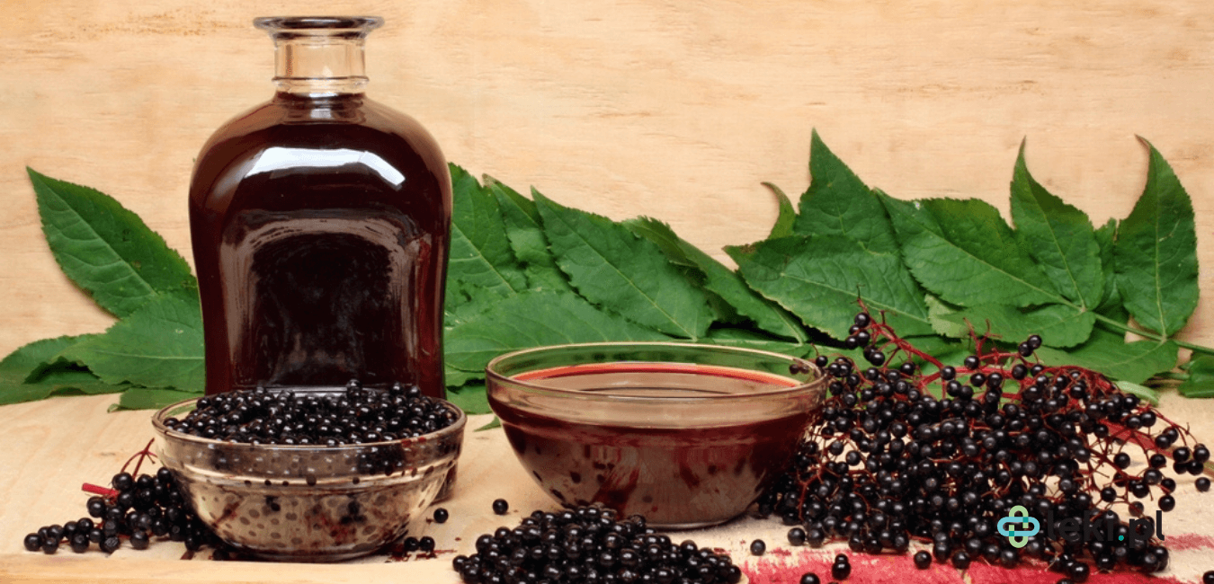 Sok z bzu czarnego, można dodawać do herbaty, polewać nim kaszkę manną, desery, a także pić rozcieńczony tylko wodą. (fot. Shutterstock)